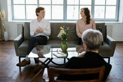 Therapist-talking-to-couple